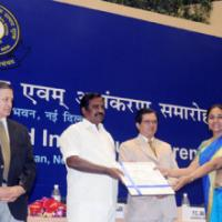 The Minister of State (Revenue), Shri. S.S. Palanimanickam presenting award to Smt. Hemambika R. Priya, Director, Central Excise, New Delhi, at the Investiture Ceremony for conferring Presidential Awards and Appreciation Certificates for specially distinguished record of service to the officers of Indian Customs and Central Excise Services, in New Delhi on January 27, 2009