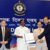 The Minister of State (Revenue), Shri. S.S. Palanimanickam presenting award to Shri Chandra Prakash Goyal, Additional Commissioner, Service Tax Commissionerate Delhi, at the Investiture Ceremony for conferring Presidential Awards and Appreciation Certificates for specially distinguished record of service to the officers of Indian Customs and Central Excise Services, in New Delhi on January 27, 2009