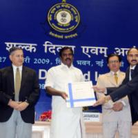 The Minister of State (Revenue), Shri. S.S. Palanimanickam presenting award to Shri Shyam Raj Prasad, Additional Director, Directorate of Revenue Intelligence, Ahmedabad, at the Investiture Ceremony for conferring Presidential Awards and Appreciation Certificates for specially distinguished record of service to the officers of Indian Customs and Central Excise Services, in New Delhi on January 27, 2009